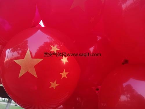 十一吉的堡幼儿园放飞气球为祖国庆生